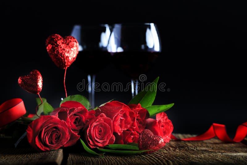 Rote Rosen-Wein-Gläser stockbild