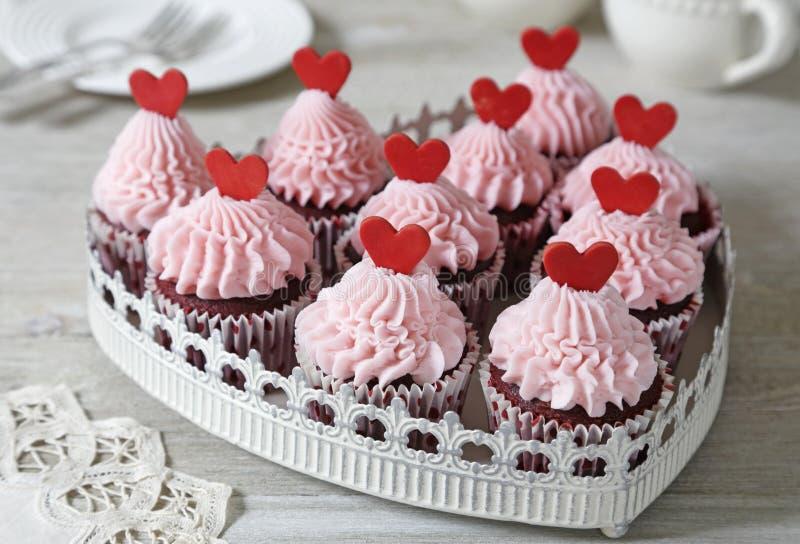 Rote Samt-kleine Kuchen lizenzfreie stockbilder