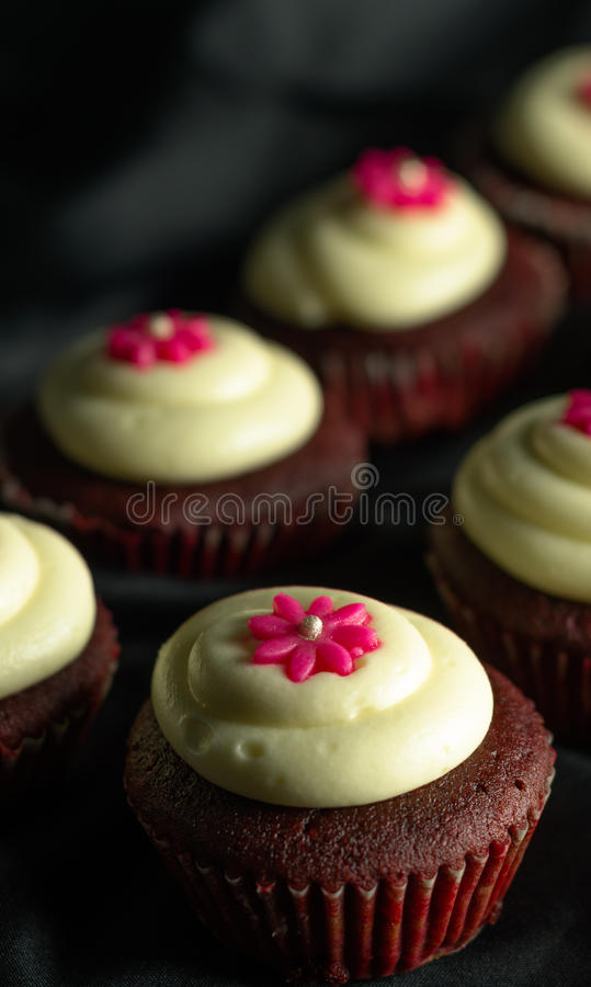 Rote Samt-kleine Kuchen stockfoto