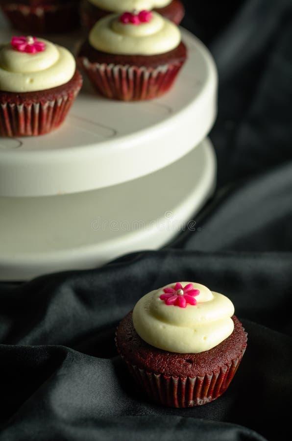 Rote Samt-kleine Kuchen stockfotografie