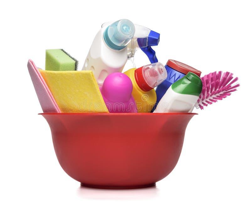 Rote Schüssel mit reinigenden Flaschen und Chemikalie lizenzfreie stockfotos