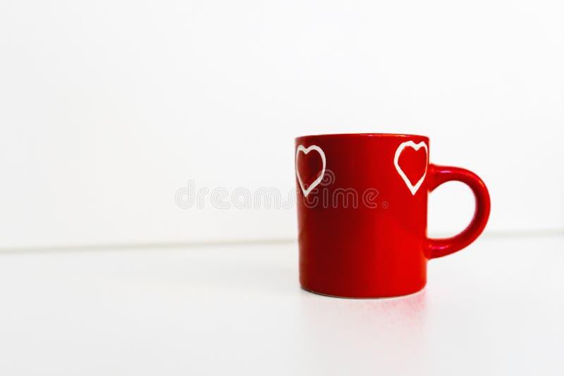 Rote Schale mit Herzmuster stockfotografie