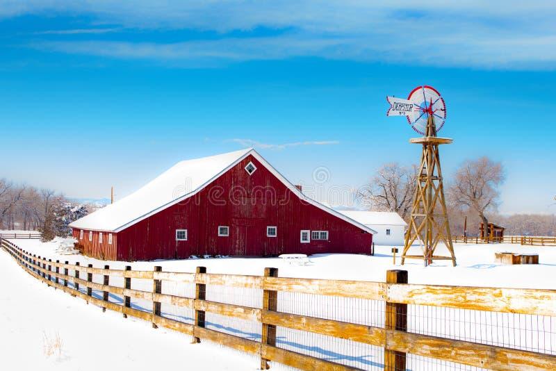Rote Scheune bei dem 17 Meilen-Gutshaus in der Aurora, Colorado lizenzfreies stockbild