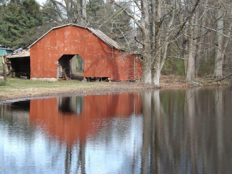 Rote Scheune durch See lizenzfreies stockfoto