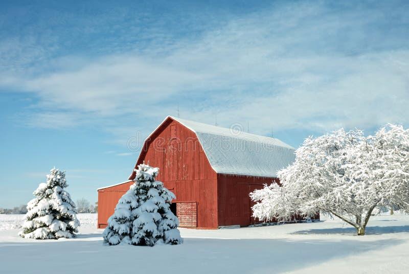 Rote Scheune mit Schnee lizenzfreie stockbilder