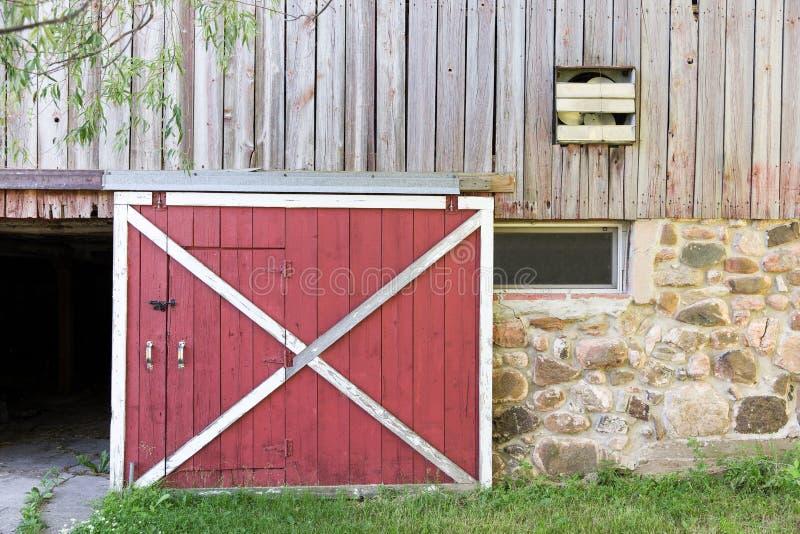 Rote Scheunen-Tür stockfotografie