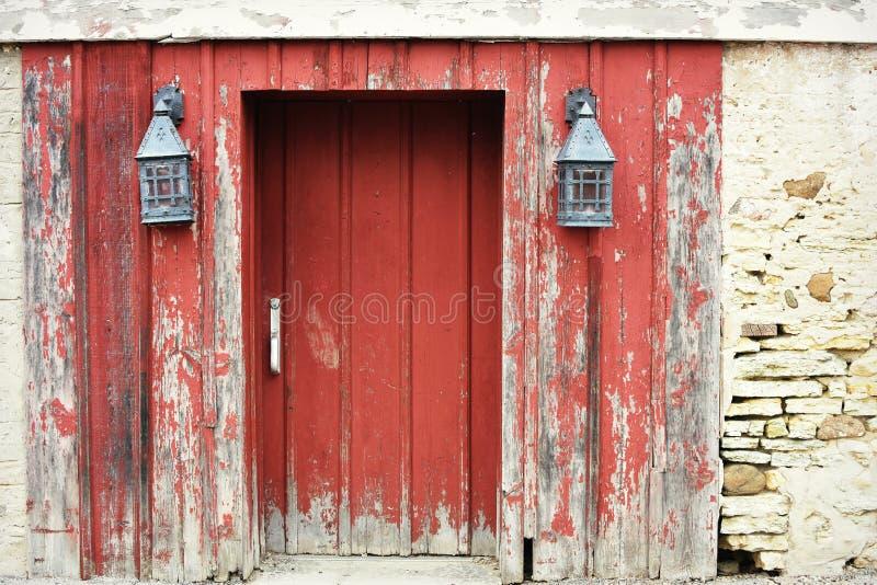 Rote Scheunen-Tür mit Laternen lizenzfreies stockfoto