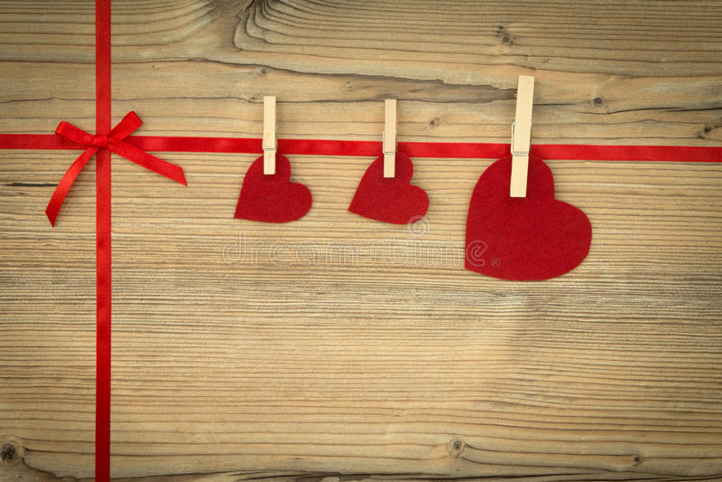 Rote Schleife mit Herzen stockfotografie