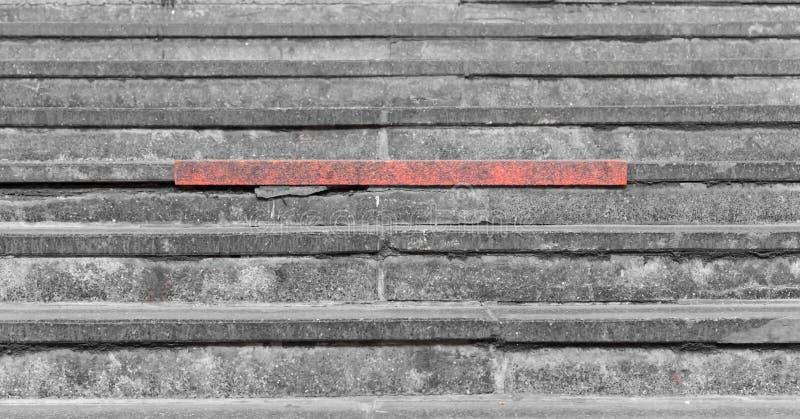 Rote Schritte auf dem grauen konkreten Treppenhaus stockfoto