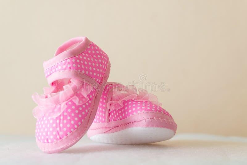 Rote Schuhe des Kindes lizenzfreie stockfotografie