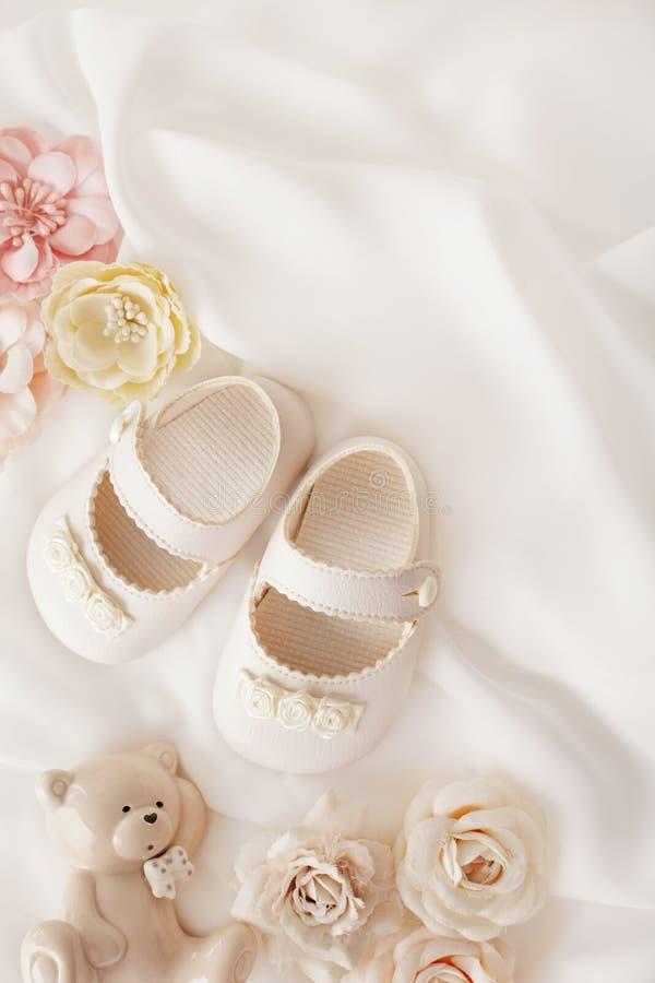 Rote Schuhe des Kindes stockbilder