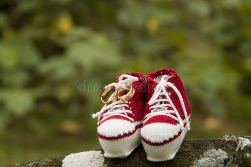 Rote Schuhe des Kindes lizenzfreie stockbilder