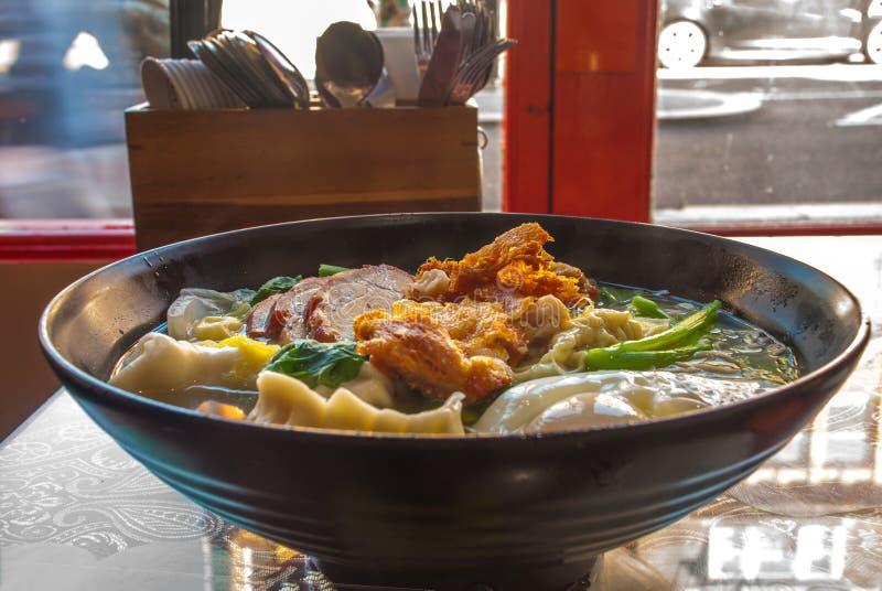 Rote Schweinefleischnudeln, gebratenes Huhn, Mehlklöße, Spiegeleier, Gemüse und Suppen lizenzfreies stockfoto