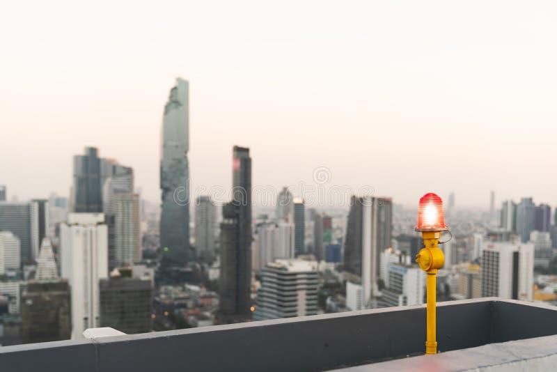 Rote Signallampe oder Warnlicht der Flugzeuge auf Highrisegebäude oder Kondominiumdachspitze Architektursicherheit, Sicherheitsko stockbild
