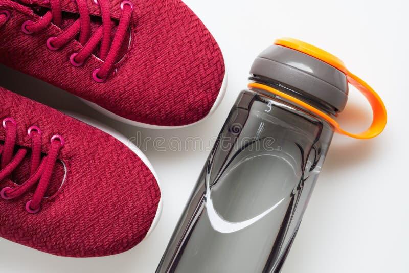 Rote Sportschuhe und Flasche Wasser Aktives gesundes Lebensstilhintergrundkonzept Gesundes Leben der Eignung und des Wellness, nä stockfotos