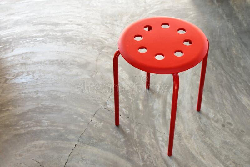 Rote Stühle der Draufsicht auf Beton stockfotos