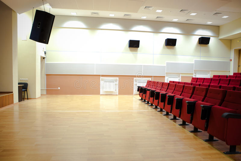 Rote Stühle in der Kinohalle stockfotografie