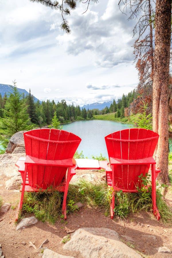 Rote Stühle am Tal der fünf Seen in Jasper National Park stockfotografie