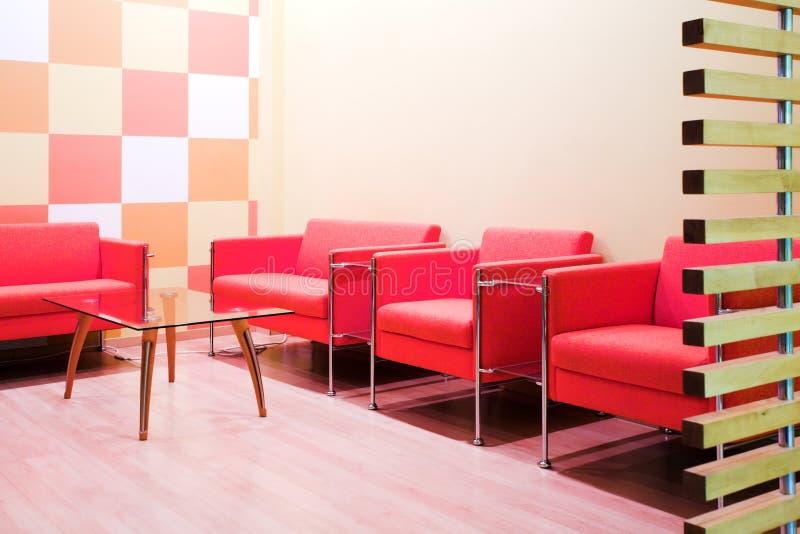 Rote Stühle und Tabelle lizenzfreies stockbild