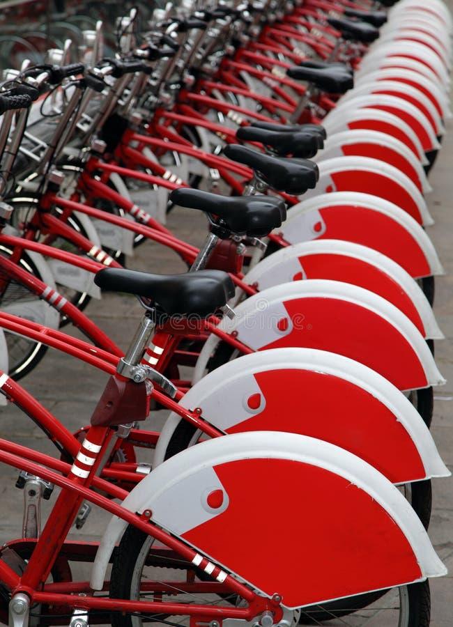 Rote Stadtfahrräder für Miete lizenzfreie stockfotos