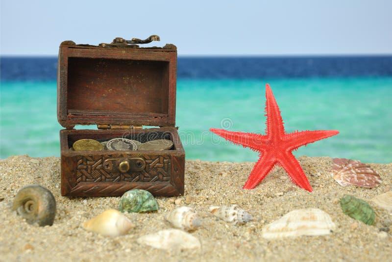 - Rote Starfish auf beatch mit Schatz stockbilder