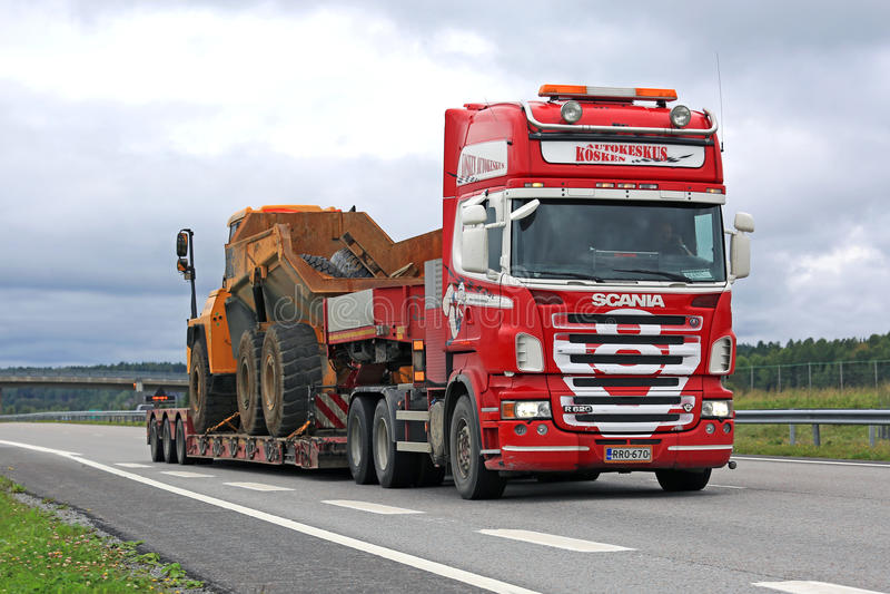 Rote Strecken-Bergwerksausrüstung Scanias R620 V8 auf Autobahn stockfotografie