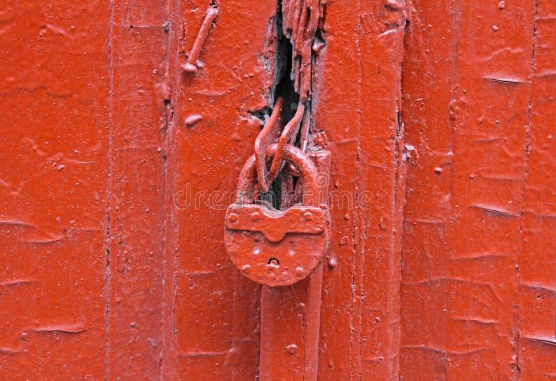 Rote Tür mit Verriegelung lizenzfreie stockfotografie