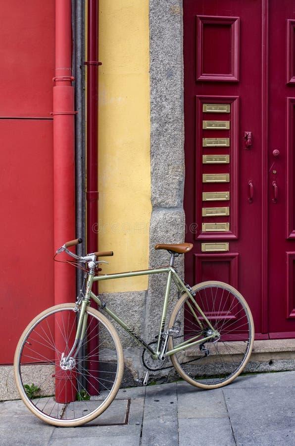 Rote Tür und Fahrrad lizenzfreie stockbilder