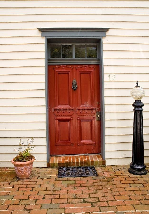 Rote Tür zu einem Haus stockfoto