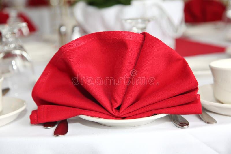 Rote Tabellenserviette lizenzfreie stockfotografie