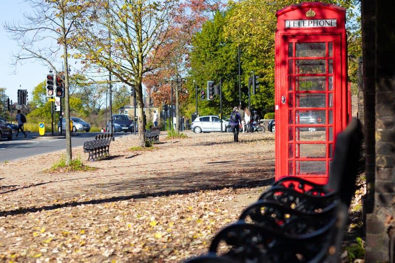 Rote Telefonzelle Londons in einem Park stockfotografie