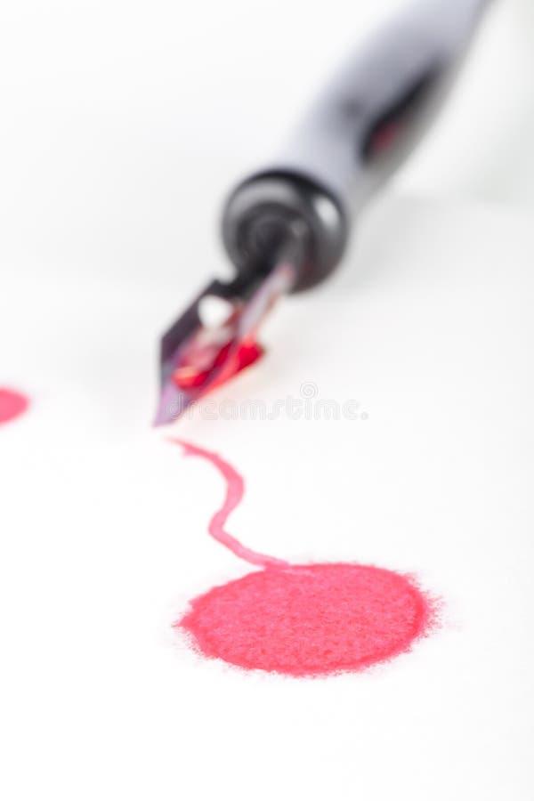 Rote Tinte und Feder lizenzfreie stockfotos