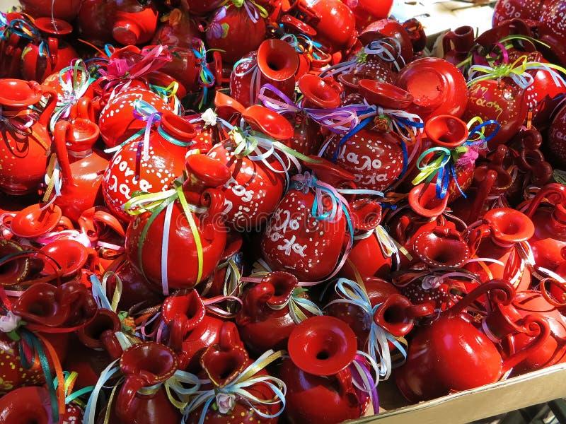Rote Tongefäße für Ostern in Korfu, Griechenland lizenzfreies stockfoto