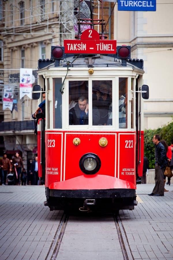 Rote Tram in Istanbul lizenzfreies stockfoto