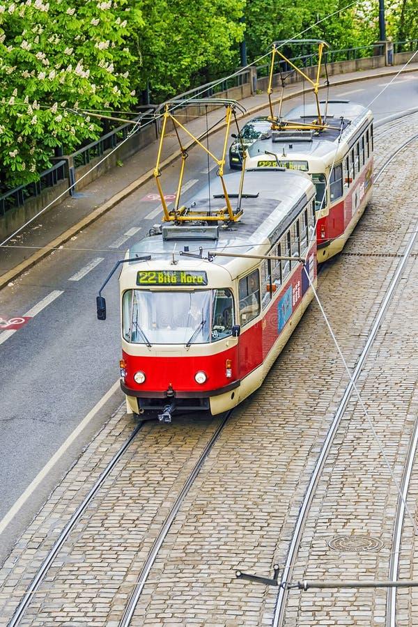 Rote Tram in Prag, die Tschechische Republik stockbilder