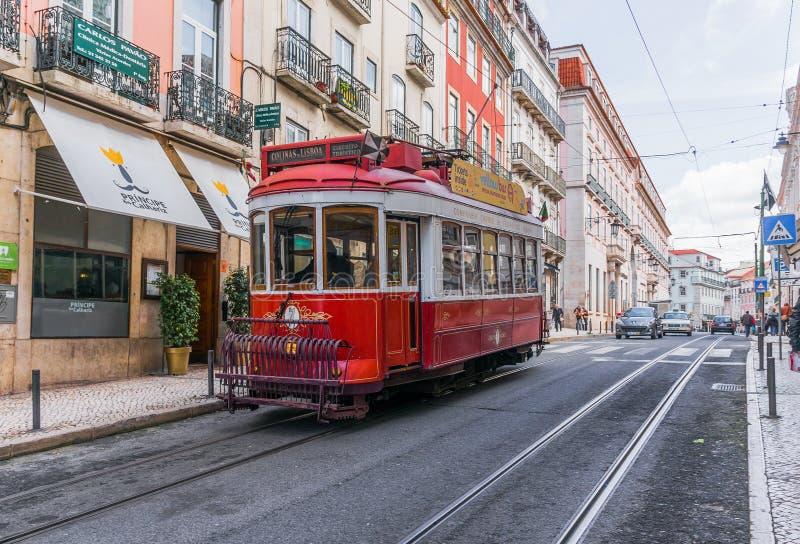 Rote Tram von Lissabon stockfotografie