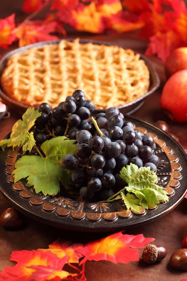 Rote Trauben und Apfelkuchen stockfotos