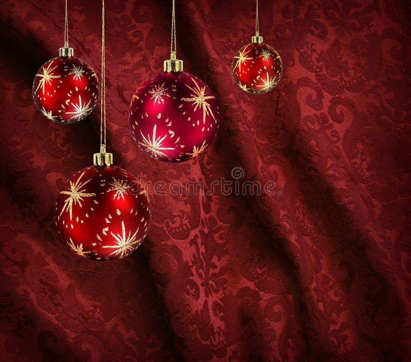 Rote Trennvorhangweihnachtskugeln lizenzfreies stockbild