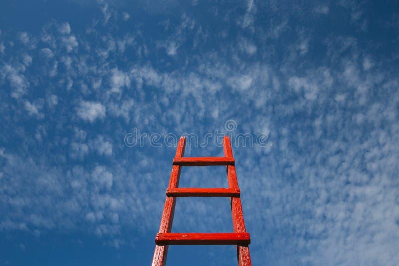 Rote Treppenhaus-Reste gegen blauen Himmel Entwicklungsmotivation Karriere-Wachstums-Konzept stockbilder