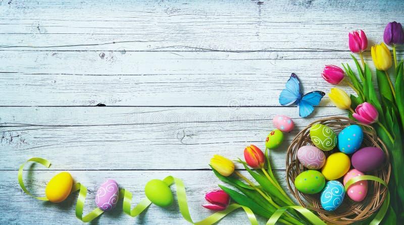Rote Tulpe und farbige Eier Bunte Frühlingstulpen mit Schmetterlingen und p lizenzfreies stockbild