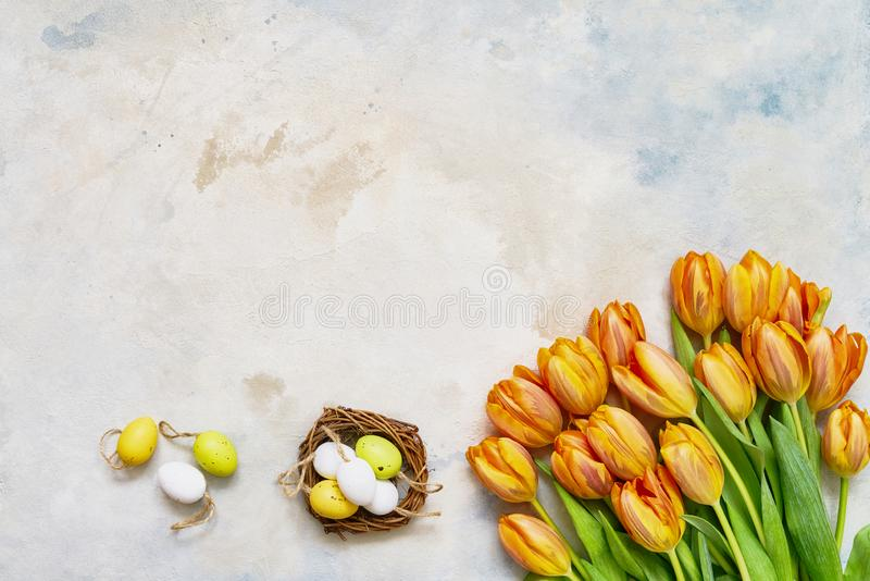 Rote Tulpe und farbige Eier Dekorative Ostereier in den Nest- und Frühlingstulpen auf buntem Hintergrund Kopieren Sie Raum, Drauf lizenzfreie stockfotos