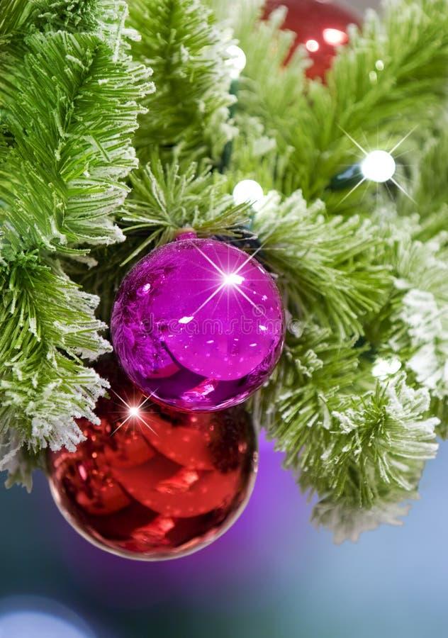 Rote u. rosafarbene Weihnachtsverzierungen lizenzfreie stockfotos