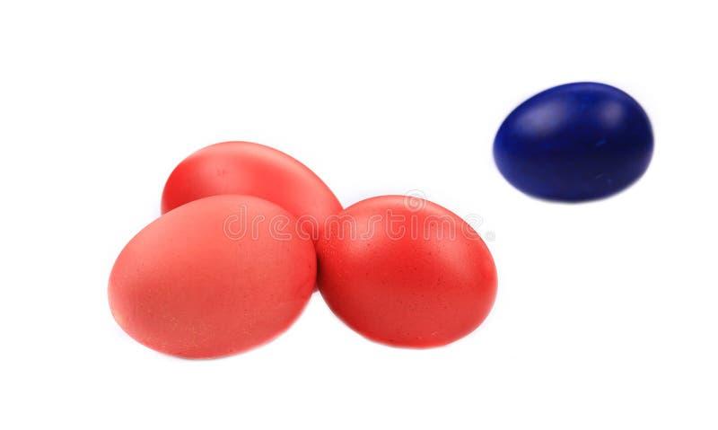 Rote und blaue Ostereier stockfoto