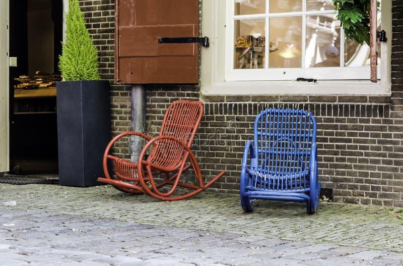 Rote und blaue Straßenschaukelstühle lizenzfreies stockbild