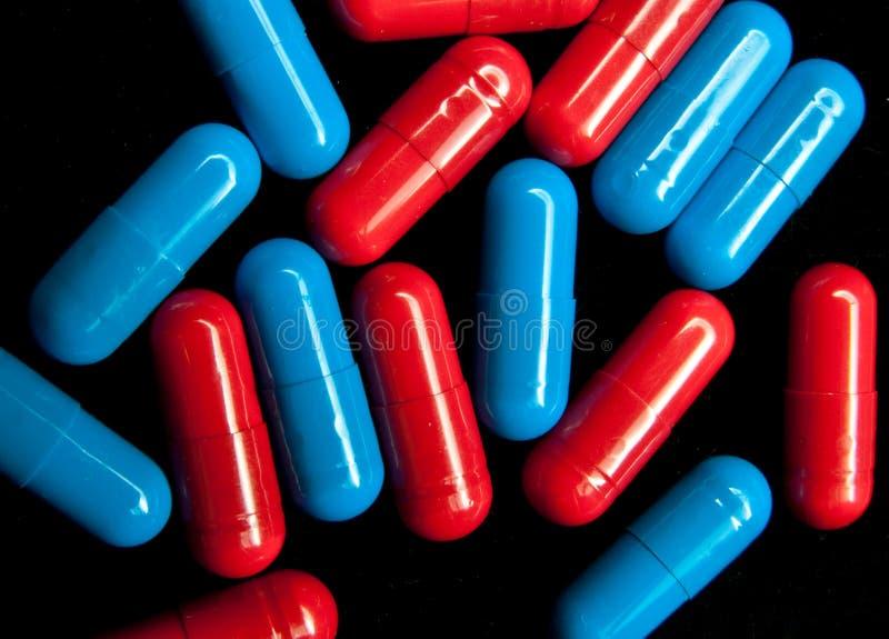 Rote und dunkelblaue Kapseln stockfotografie