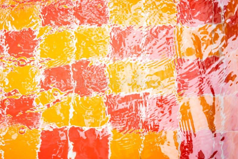 Rote und gelbe Fliesen mit Vollwasser für den Hintergrund stock abbildung