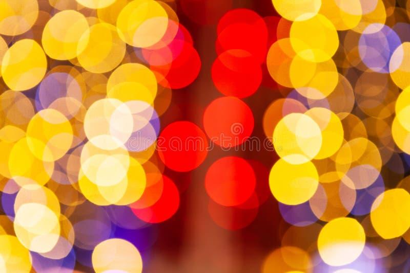 Rote und gelbe Funkelnweinlese beleuchtet den Hintergrund, defocused stockfotos