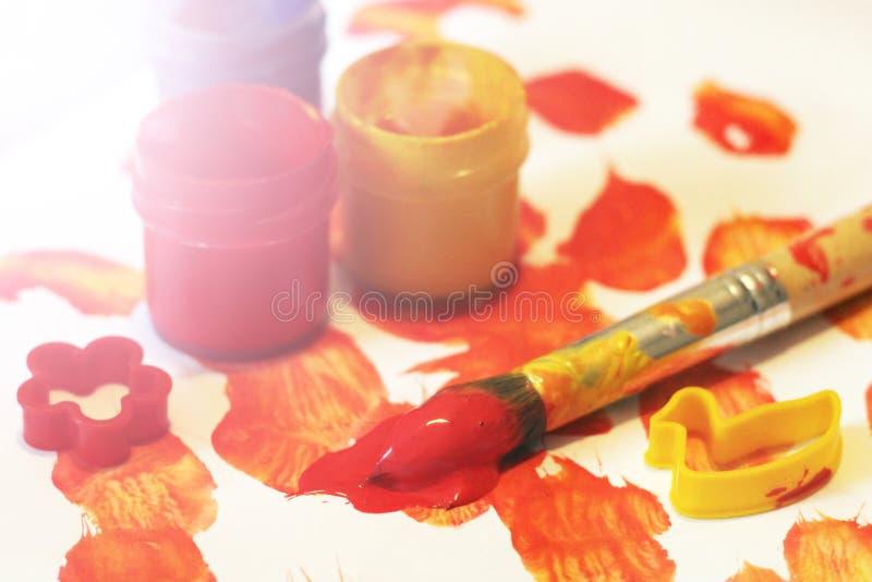 Rote und gelbe Gouache, Bürste Kind-` s Kreativität lizenzfreies stockbild