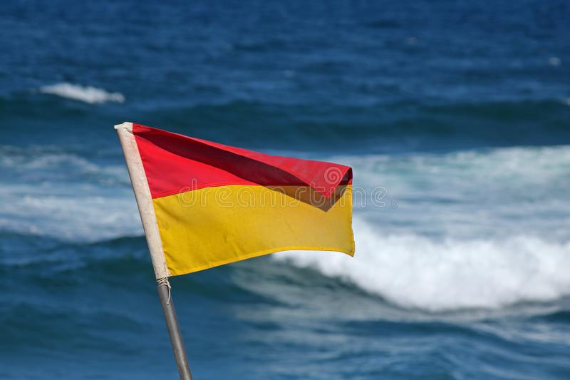 ROTE UND GELBE LEIBWÄCHTER-FLAGGE stockfotografie