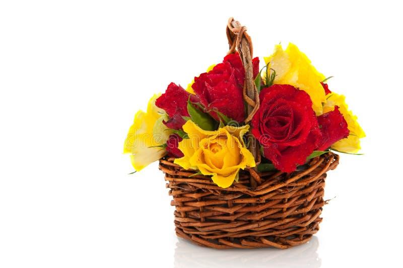 Rote und gelbe Rosen des Korbes lizenzfreies stockbild